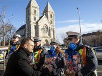 Szolgálatban lévő rendőröket köszöntöttek szilveszter alkalmából Budapesten