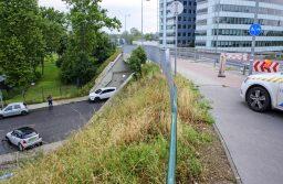 Budapest, 2021. július 25. Egy közösségi autómegosztó összetört járműve Budapest XIII. kerületében az Árpád hídnál 2021. július 25-én. Az elektromos autó a híd Budára vezető felhajtójánál áthajtott a járdán és kerékpárúton, majd a korlátot áttörve lezuhant. A balesetben hárman megsérültek. MTI/Lakatos Péter